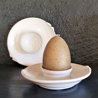 vit drejad äggkopp